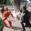 Superman triloko dançando com o arqueiro verde e o homem aranha